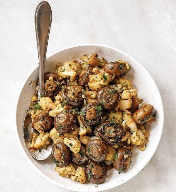 """低脂""""蒜香蘑菇煎花椰菜""""食谱来了!添入蔬菜高汤鲜美清爽,一定要学起来!"""