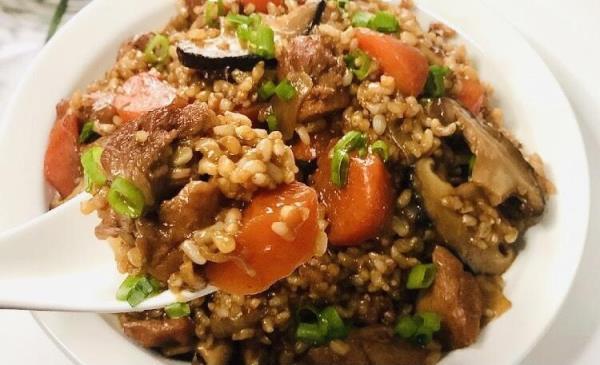 香嫩好吃、零厨艺也能煮成功的低脂香菇鸡腿焖饭食谱来了!